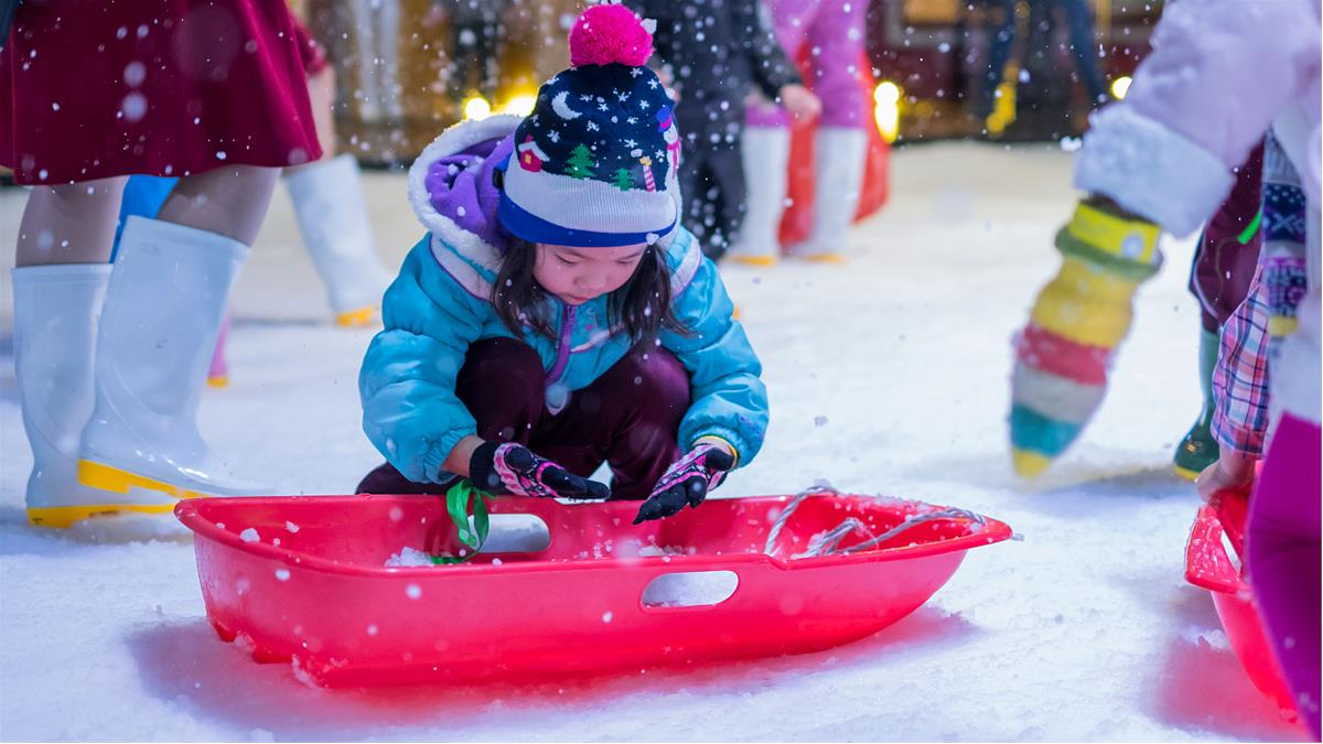 bé chơi tuyết snowtown